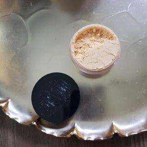 Kat Von D lock it brightening powder sand loose